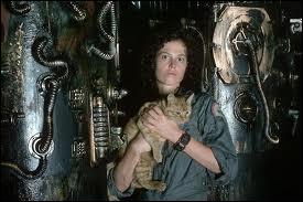 Qui protège le chat Jones des méchantes créatures xénomorphes ?