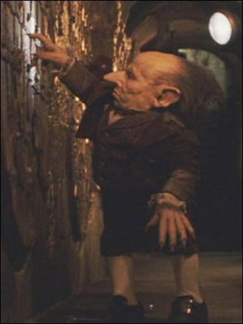 Comment s'appelle le gobelin qui a mené Harry à son coffre de Gringotts pour la première fois ?