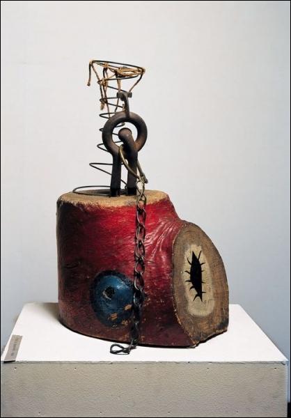 Cet  Objet du couchant  est une oeuvre constituée de bois peint, métaux et ficelles, réalisée dans les années 1930 par un artiste espagnol qui se disait  catalan international . Il s'agit de :