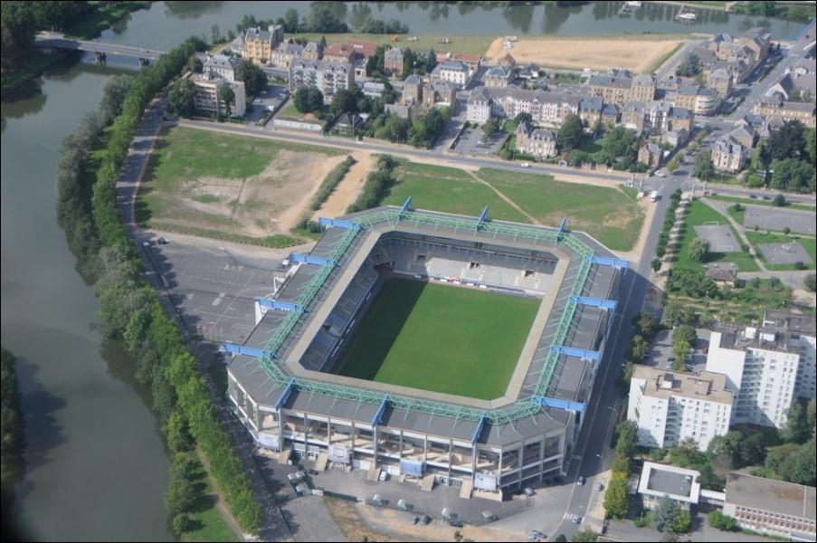 Qui joue au stade Louis Dugauguez ?