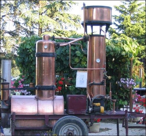 Une distillerie ambulante en cuivre ...