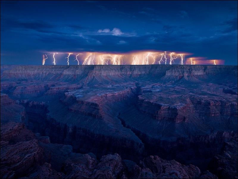 Dans cette chanson de Claude Nougaro, on peut lire : Il y a de l'orage dans l'air / Il y a de l'eau dans le gaz !
