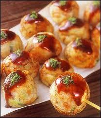 Boulettes japonaises prises en casse-croûte et farcies aux fruits de mer, aux oignons, au gingembre et recouvertes de sauce. Ce sont...