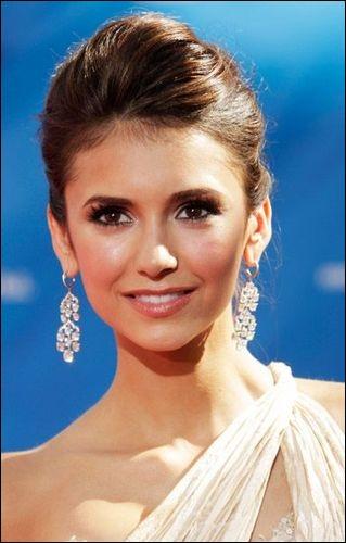 Comment s'appelle l'actrice jouant Elena ?