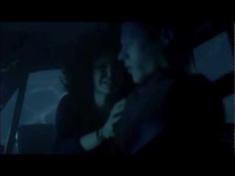 Pourquoi Elena veut-elle que Stefan sauve Matt et non elle, lorsque la voiture tombe dans l'eau ?
