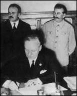 La France et le Royaume-Uni sont discrédités sur le plan international. Le prestige d'Hitler devient immense . Quelle position l'URSS de Staline adopte-t-elle en août 1939 ?