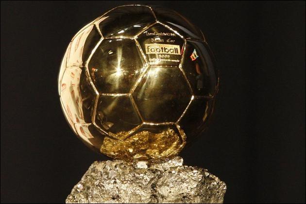 Après Platini, qui est le seul joueur de football ayant remporté trois Ballons d'or consécutifs ?