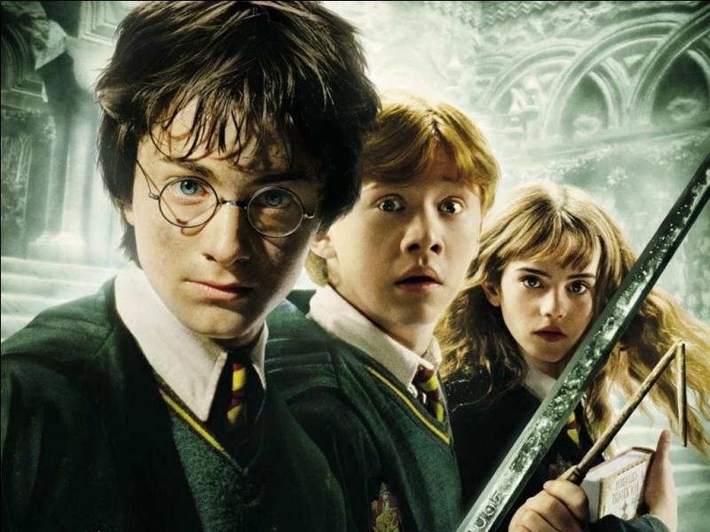 Cette saga était d'abord constitué de sept livres, puis elle a été adapté en huit films. JK Rowling est à l'origine de cet univers magique.