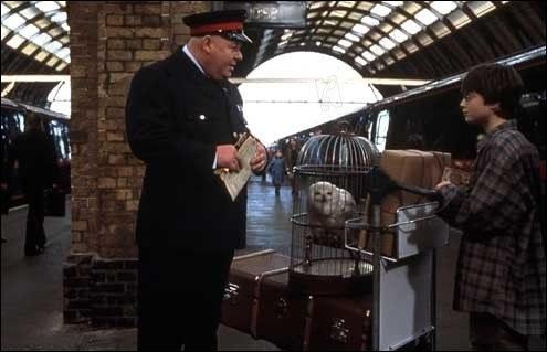 Qui va-t-il rencontrer à la gare ?