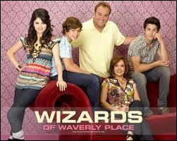 Quel rôle joue-t-elle dans   Les Sorciers de Waverly Place  ?