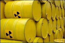 Quelle est environ la durée de vie des déchets radioactifs dit  à longue vie  , dont le projet est de les stocker en couche géologique profonde ?