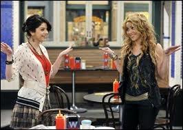 Qui c'est déguisé en Shakira dans les Sorciers de Waverly Place ?