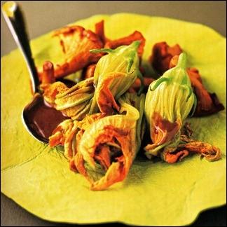 Vous aimerez cette recette subtile aux fleurs de courgettes et girolles. Savez-vous quelles fleurs il convient de prélever sur le pied ?