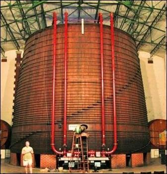 Où se trouve en France le plus grand tonneau ( Foudre) en bois du monde, ayant une contenance de 1 000 200 litres, faisant une hauteur de 10 mètres et un diamètre à la base de 12 mètres 42 ?