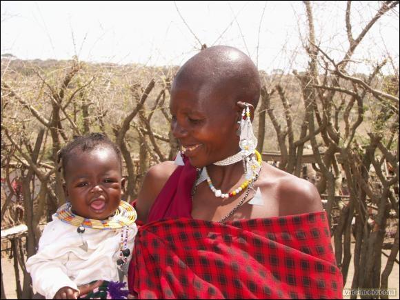 Maman maasaï gazouille à son oreille en langue  maa  au sud du ...