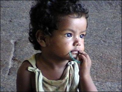 Pensif et émouvant ce joli bébé de Calcutta.