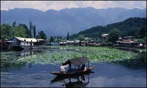 Zone de fortes tensions entre l'Inde et le Pakistan, le Jammu-et-Cachemire a pour capitale...