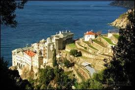 En Grèce, il existe une petite ville appelée Karyès. Elle est la capitale d'un territoire où se trouvent une vingtaine de monastères orthodoxes : la République monastique du Mont...
