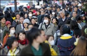 Environ 128 millions de personnes habitent le Japon. A votre avis, quelles sont les 2 caractéristiques principales de sa démographie. La population est :