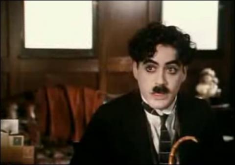 Robert Downey Jr imite ici un moustachu plutôt connu...