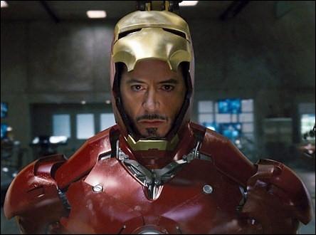 Robert Downey Jr est également passé du côté des super-héros... . Dans quel film apparaît-il avec cette armure rouge ?
