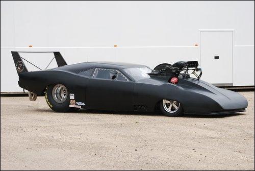 Malgré sa modification en dragster, saurez vous reconnaitre le modèle de cette voiture ?
