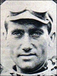 Ce beau jeune homme fut un grand champion cycliste du début du XXe siècle, vainqueur du Tour de France en 1923 et de nombreuses classiques telles Paris-Roubaix ou Milan-San Remo. Il s'appelait :