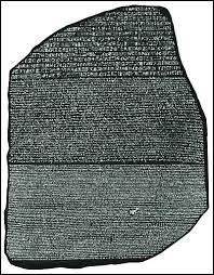 La stèle est écrite en 3 langues; le hiéroglyphe, le grec ancien et le ...