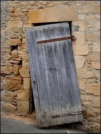 Quel est le verbe conjugué dans la phrase  La porte est réparée.   ?