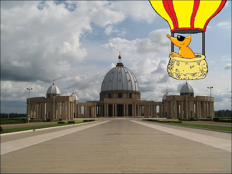 L'emblème du site s'envole par la suite en montgolfière afin de survoler l'impressionnante Basilique Notre-Dame de la Paix en Côte d'Ivoire. Connaissez-vous la capitale du pays ?