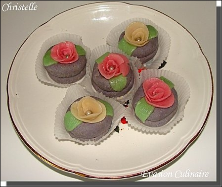 Voilà une pâtisserie subtile alliant les saveurs de la vanille, la pâte d'amandes et la forme des jolies roses. Que badigeonnerez-vous pour en faire briller les feuilles et pétales ?
