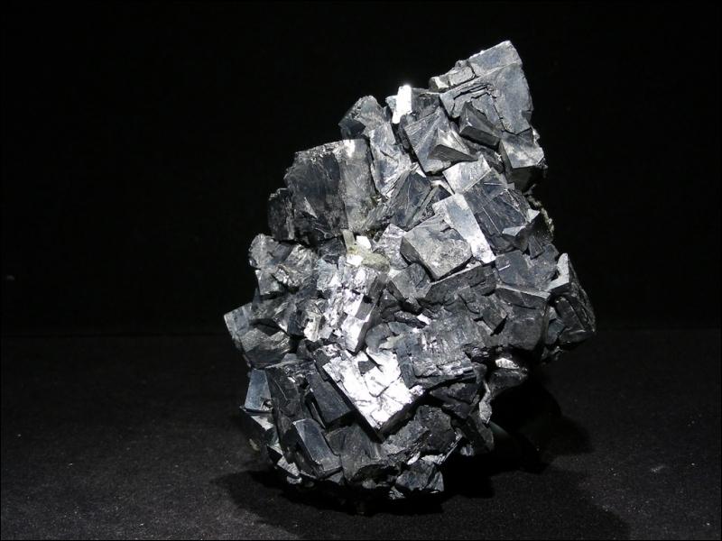 Minéral dont les cristaux sont octaédriques et possèdent 3 plans de clivage et une dureté de 2, 5. Je suis :