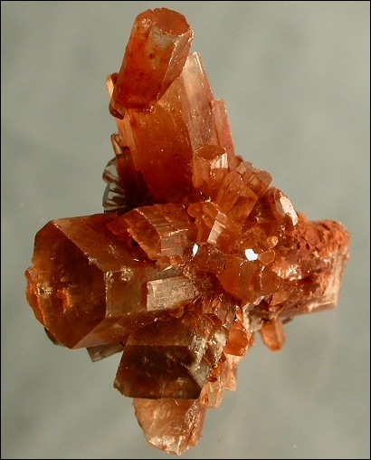 Minéral polymorphe de la calcite mais ayant des macles cycliques, je suis :