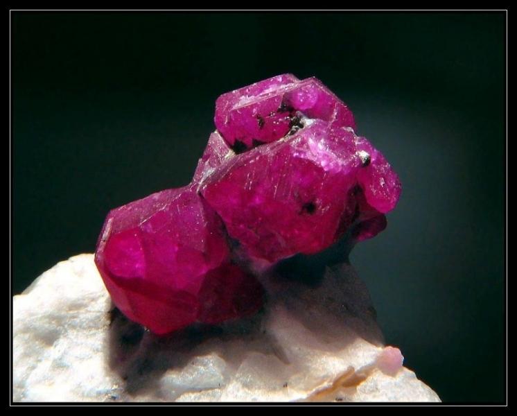 Minéral précieux dont la couleur est due à la présence de chrome, je suis :