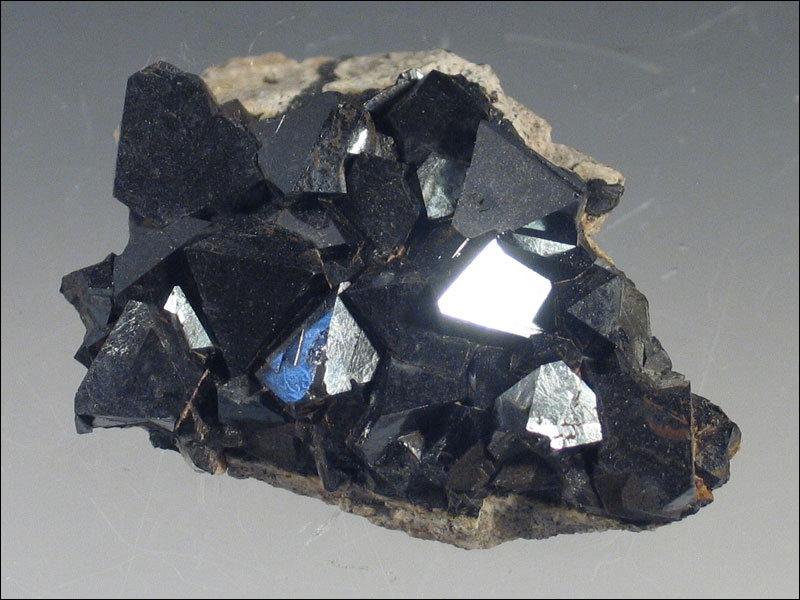 Minéral dont l'habitus est composé d'octaèdres, ayant des propriétés magnétiques, je suis :