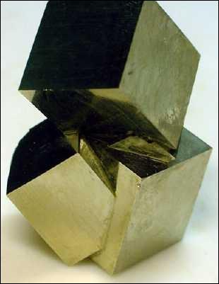 Minéral de forme cubique, aussi appelé  l'or des fous , je suis :
