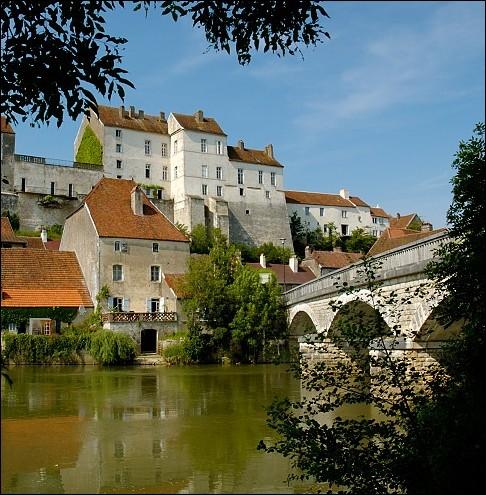 Pesmes, petite cité Comtoise de caractère est classée parmi les plus beaux villages de France. Quelle rivière au nom curieux, contourne cette charmante cité médiévale ?