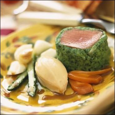 De forme arrondie et prélevée dans le gigot, le filet ou le carré, grillée, aromatisée au romarin et au citron vert. Recette simple qui préserve toute la saveur de cette viande d'une grande finesse.
