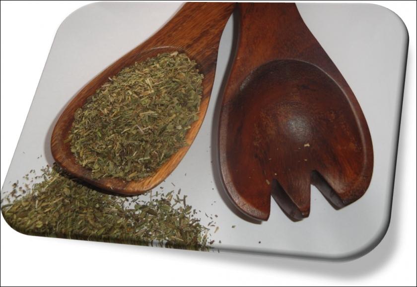 Les feuilles sont utilisées comme condiment depuis l'Antiquité. Elles relèvent les sauces, grillades et la plante porte le nom  d'herbe aux haricots.