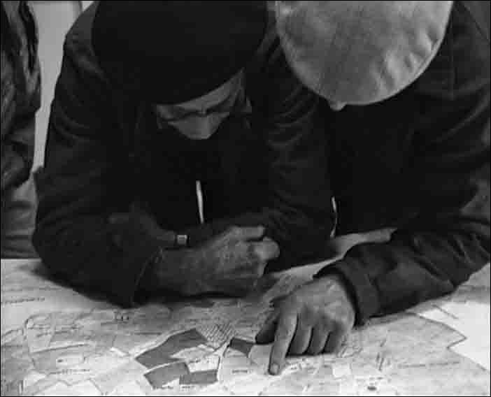 """Comment appelle-t-on le regroupement des terres pour moderniser l'agriculture française dans les années 50-60 ? (photo : image du film """"Ainsi va la terre"""" de Vincent Blanchet et Perme Mohl)"""