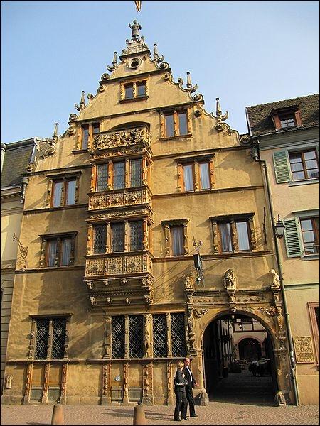 Côté architecture, outre les grandes brasseries ou les édifices religieux, le style Renaissance allemande est également présent dans la ville avec la maison des Têtes qui doit son nom :