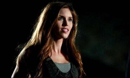 Qui transforme Vicki en vampire dans la saison 1 ?
