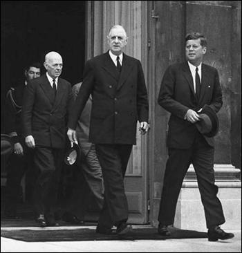 Parmi ces actes politiques menés par le Général de Gaulle, lequel est faux. (Photo : De Gaulle et le président américain John Kennedy)