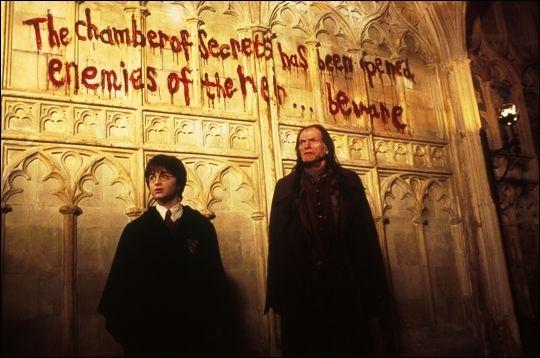 Avec quoi sont écrites les inscriptions sur le mur ?