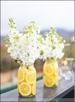 Tout le charme de ces bouquets provient du contraste entre les fleurs blanches coupées court et les citrons placés dans le vase. Quel est le nom des fleurs ?