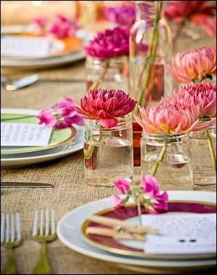 Voici une décoration de table à peu de frais, une seule fleur, dans de petits vases qui sont en fait des bocaux à confiture. Le charme provient de la disposition et de la couleur de la fleur qui est. .