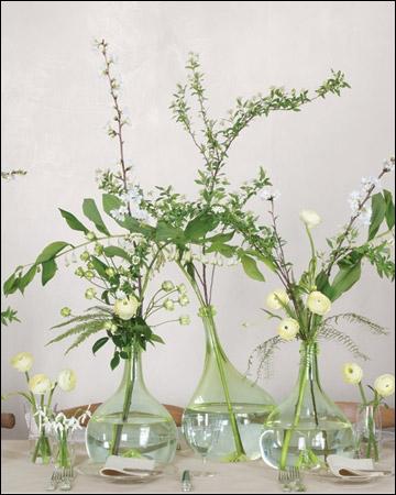 Cet ensemble si délicat et grâcieux trouve son charme dans les différentes longueurs des fleurs, et dans le contraste entre les fleurs très légères et les rondes denses qui sont ?
