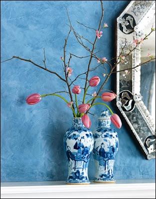 Ce très joli bouquet doit son charme au vase blanc et bleu, mais aussi au délicat mariage du branchage foncé mais fleuri avec de délicates... ?