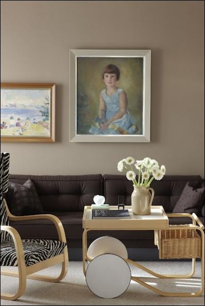 De belles fleurs rondes au coeur d'or, très simples, sur cette table de salon, de blancs... ?