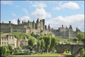 Je vous emmène visiter la ville de Carcassonne, où les habitants se nomment les ...